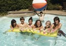 How to Decorate a Pool With Water Balloons