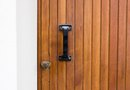 How to Spray Varnish on Wooden Doors