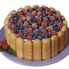How to Decorate a Cake With Blueberries and Raspberries