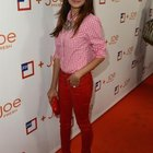 Noureen DeWulf luce fresca y divertida en un denim color amapola.