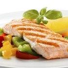 La vitamina A se encuentra en vegetales verdes y salmón.