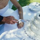 What Is the Proper Presentation of a Wedding Cake?
