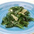 How to Make Wilted Spinach With Garlic