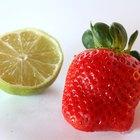 Vitamin C yang kaya buah-buahan termasuk jeruk dan stroberi.