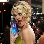 Actress Missi Pyle looks hydrated and energized while posing on the red carpet of the Golden Globes with a bottle of Smartwater in 2012.