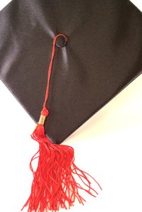 Decorate the graduation hall with school colors such as red and blue.