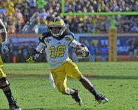 Denard Robinson plays like a pro with untied laces.