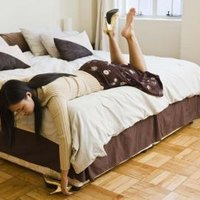 How to decorate small room to include a queen sized bed ehow - How to arrange a small bedroom with a queen bed ...