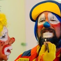 How to use face painting crayons ehow for How to apply face paint