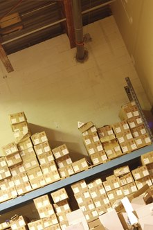 standar rak OSHA membutuhkan barang yang akan ditumpuk dengan aman.