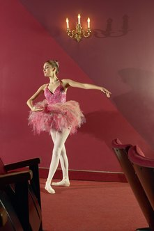 Ballet dancers earn more with major ballet companies.