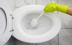 How to Remove Discoloration From Toilets