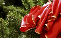How to Decorate Christmas Garland With Ribbon