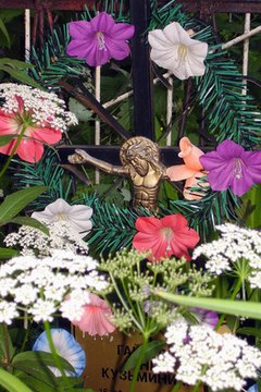 There are many tools to make a durable cemetery flower arrangement, including wreaths.