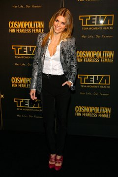 AnnaLynne McCord wears skinny jeans to create curves.