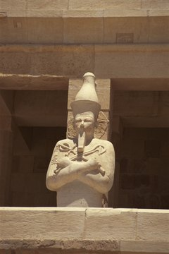Hatshepsut depicts the god Osiris. Egyptian art often shows pharoahs as divine figures.