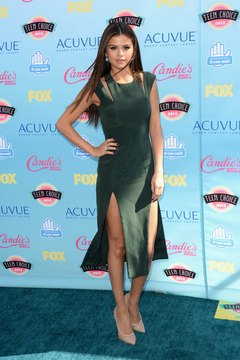 Actress and singer Selena Gomez pairs an emerald dress with nude pumps at the 2013 Teen Choice Awards.