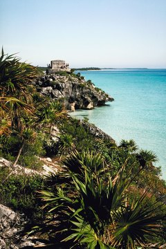 The explorers saw Tulum's tower on the coast.