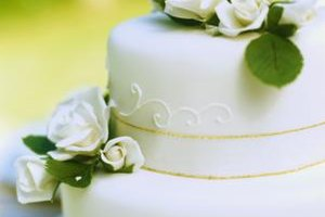 Delicate-looking filigree adds a romantic air to wedding cakes.