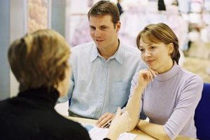 A customer service finance manager advises buyers on payment options.