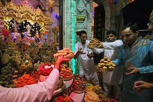 How Do Hindus Worship in a Mandir?