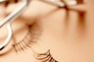 How to Apply Lashes to Your Lower Lid