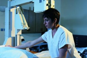 Traveling radiologic technologists earn more in West and East coast states.