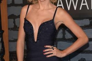 Singer Taylor Swift wears a wavy and retro-inspired hairstyle on the red carpet.