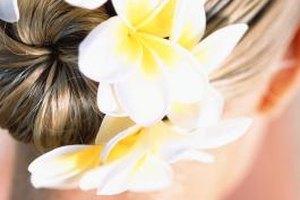 Arregla tu moño añadiendo flores, broches para el cabello u otros accesorios.