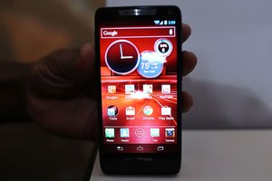 How to Find Pictures on a Droid Razr M When It's Plugged Into a PC