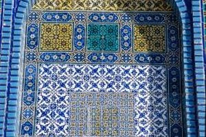 Designers often integrated Islamic mosaics into buildings and other structures.