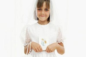 Invite close friends and family to help celebrate her first Communion.