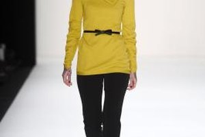 La modelo Lexy Hell viste un suéter amarillo en el Mercedes-Benz Fashion Week Berlin en 2013.