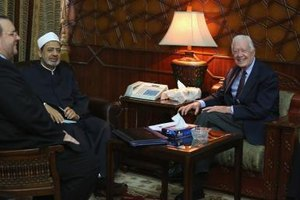 Former U.S. President Jimmy Carty meets with an Egyptian imam.