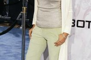 "Jessica Alba pairs light mint-green pants with a neutral top at the ""I, Robot"" premiere in Los Angeles."