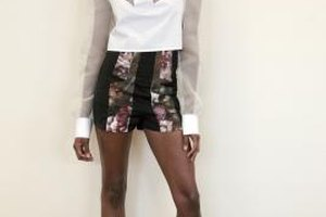 Printed shorts paired with feminine tops and high heels form a stylish and elegant ensemble.