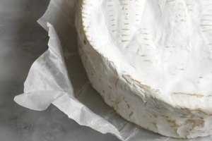 On its own or with accompaniments that make it a complete dish, there are several ways to bake Brie without pastry.