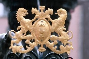 There are several technical differences between a coat of arms and a crest.
