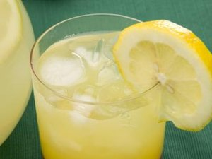 Benefits & Side Effects of Lemon Juice