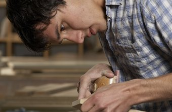 Carpenters must be able to work with different kinds of wood.