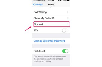 IOS 8 has no limit to the number of contacts blocked.