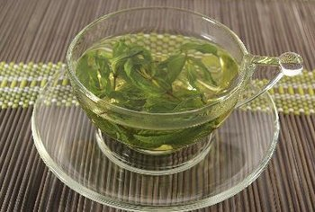 Teas containing nutrients and analgesic properties may help ease the pain of sore throat.