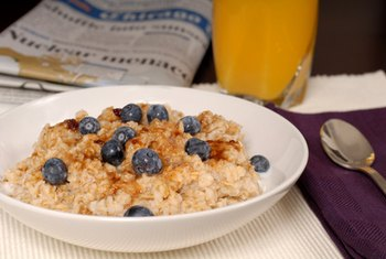 Whole grain oatmeal with berries is a filling low-calorie breakfast.