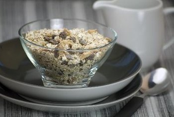 Large oat flakes mixed with milk or yogurt are a healthy cold cereal option for diabetics.