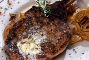 Garlic and rosemary accentuate the taste of a high-quality steak.