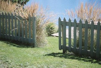 Make different designs on the tips of pallet fences to suit your style.