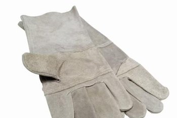 Garden gloves protect your hands from the Indian strawberry leaf, which can make your hands itch.