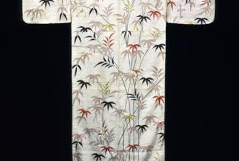 A simple pole helps display the kimono's motifs.