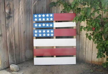 How to Paint a Pallet