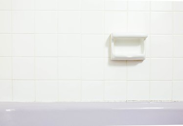 How to Remove Caulk from a Bathtub